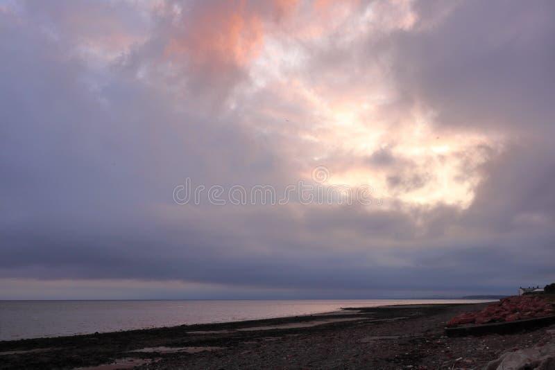 Sun atrás das nuvens fotografia de stock