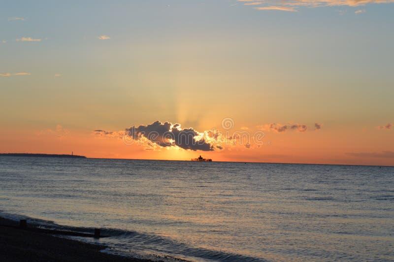 Sun atrás das nuvens foto de stock