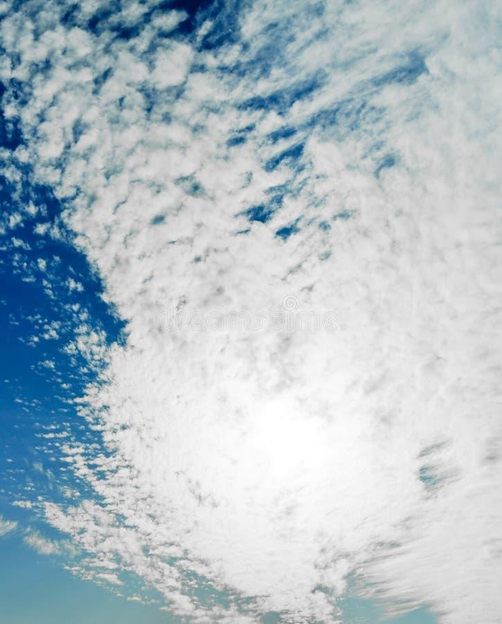 Sun atrás das nuvens imagem de stock