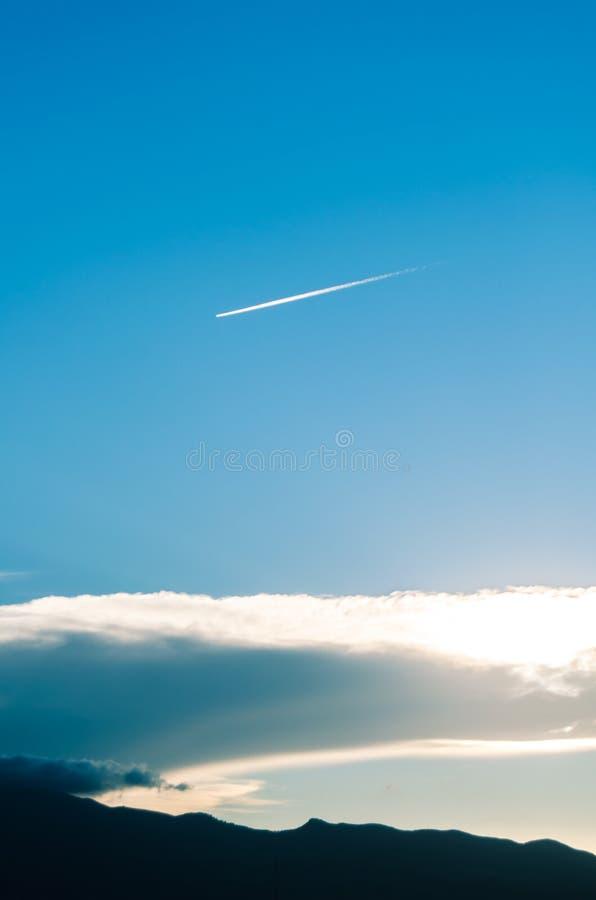 Sun atrás das nuvens no por do sol fotos de stock royalty free