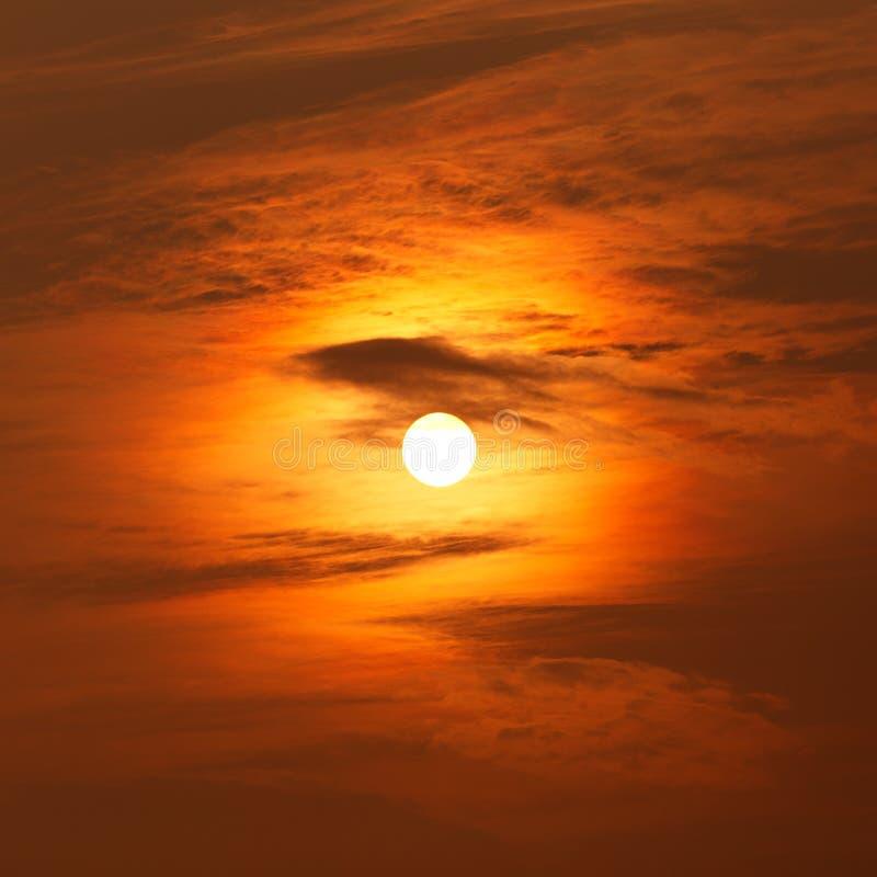Sun atrás das nuvens no por do sol foto de stock