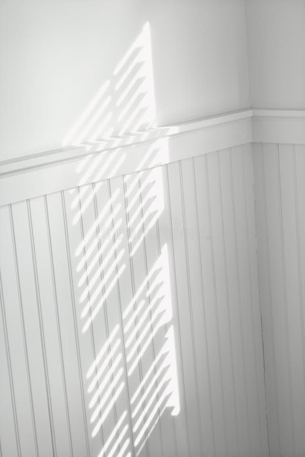 Sun através das cortinas de indicador imagem de stock