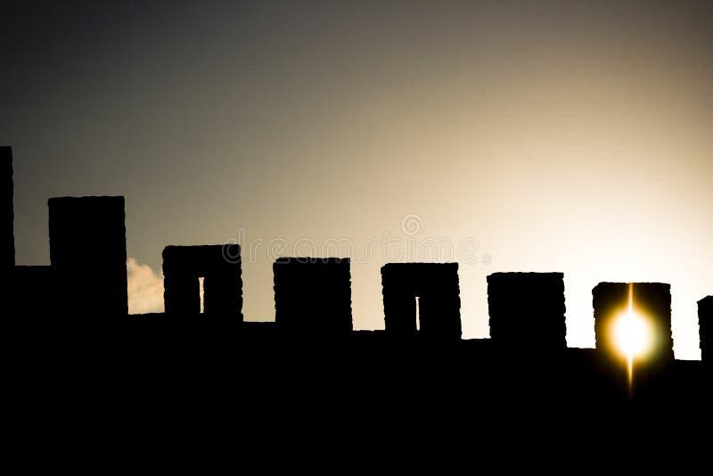Sun através das paredes do castelo com Sun fotografia de stock