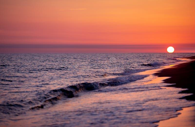 Sun au coucher du soleil sur la plage photo libre de droits