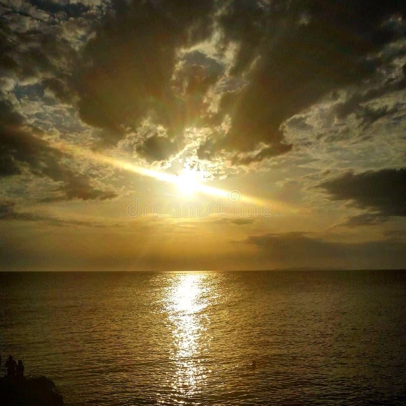 Sun au-dessus de la mer photos stock