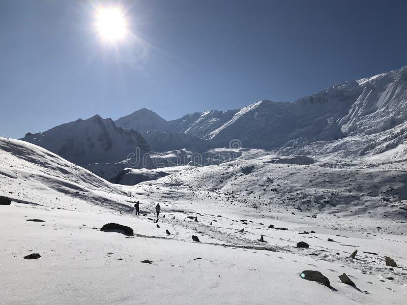 Sun au-dessus de neige photos libres de droits