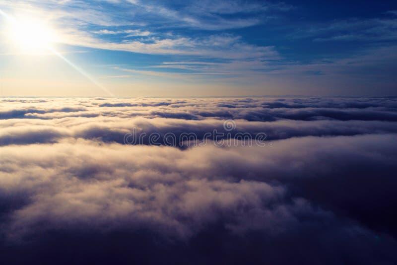 Sun au-dessus des nuages avec un ciel bleu et un grand paysage Liberté surmonter photographie stock