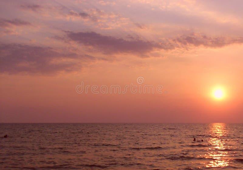 Sun auf dem Meer lizenzfreies stockbild