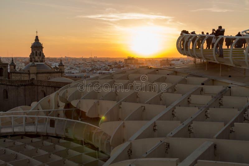Sun auf Feuer während der goldenen Stunde in Sevilla lizenzfreies stockfoto