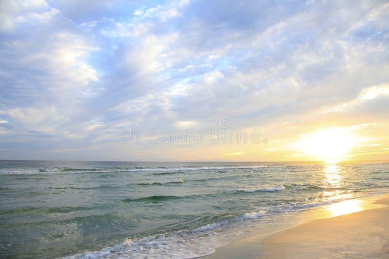 Sun aumenta na praia branca bonita de Florida da areia imagem de stock royalty free