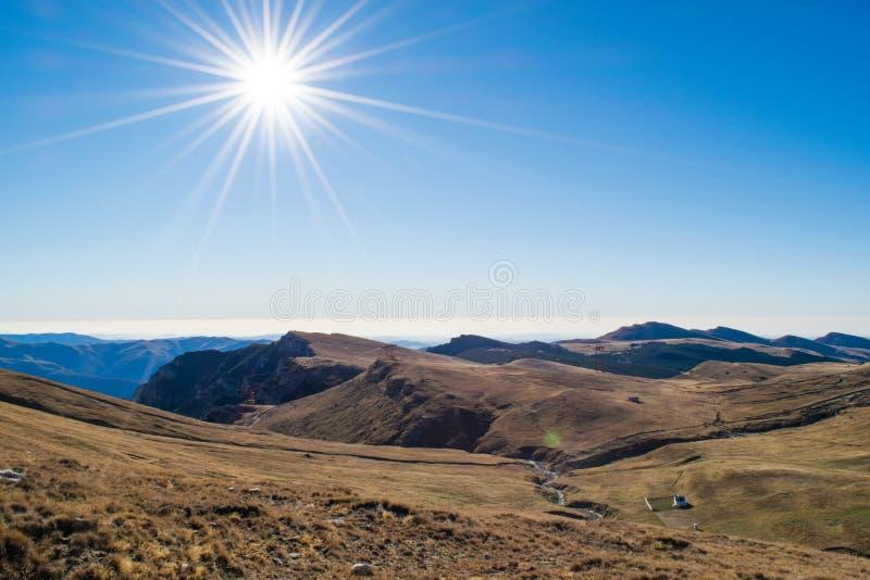 Sun avec des transitoires au-dessus de plateau de montagnes de Bucegi, Roumanie image libre de droits