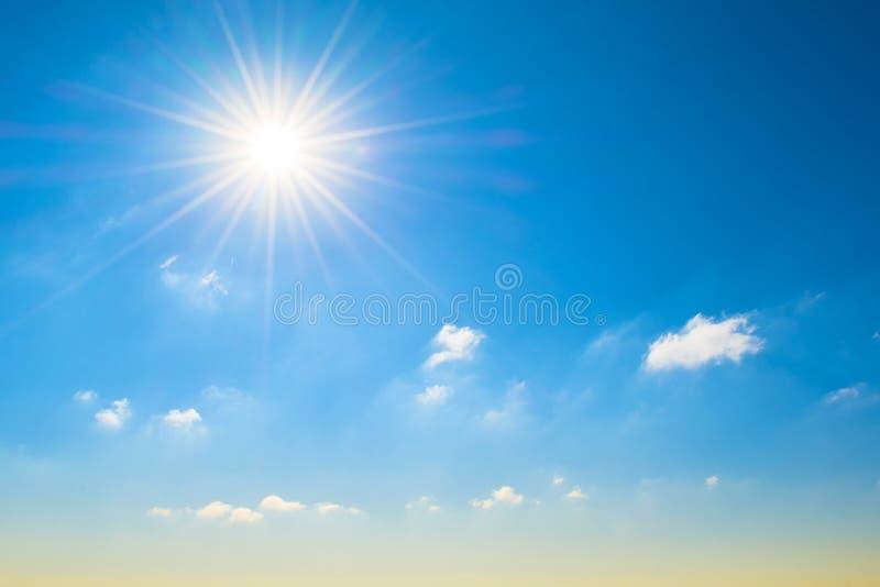 Sun avec les rayons lumineux dans le ciel bleu avec la lumière blanche opacifie, à l'horizon une nuance jaunâtre, un gradient photos stock