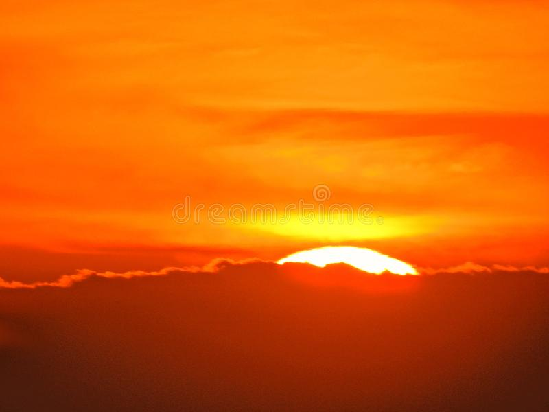 Sun bei dem Sonnenuntergang in Wolken stockbilder