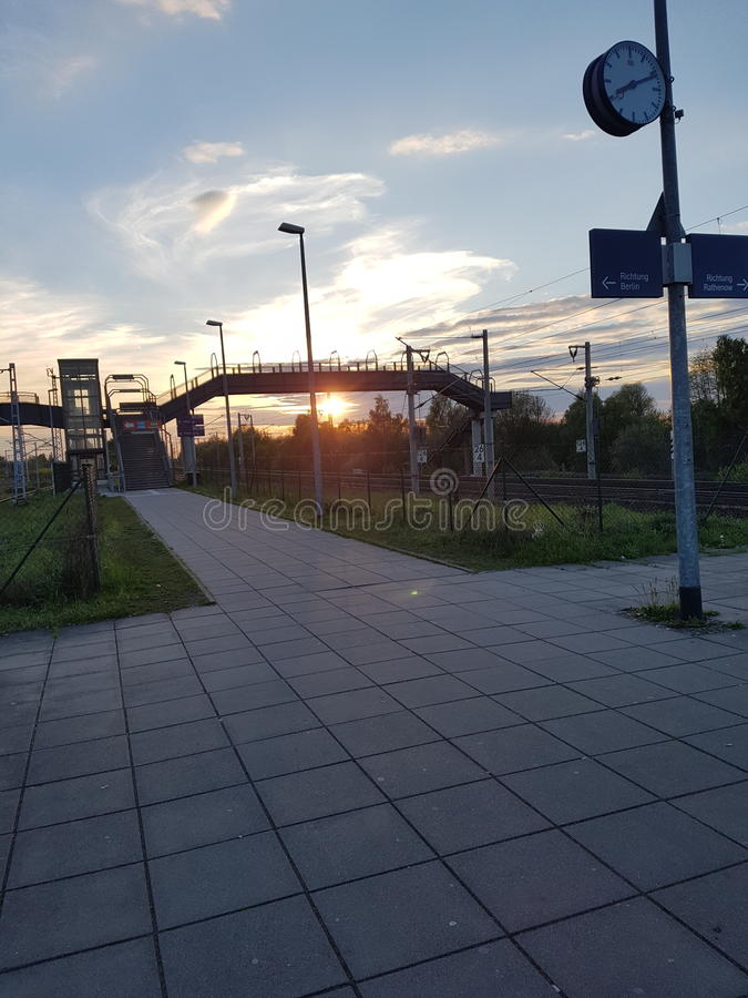 Sun bei Trainstation lizenzfreies stockfoto