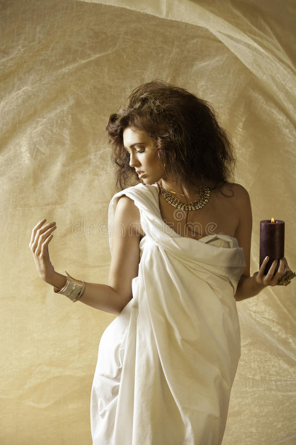 Sun beijou a deusa com guardar uma vela ardente imagem de stock