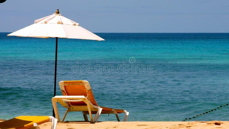 Sun-Bett am Strand lizenzfreie stockbilder