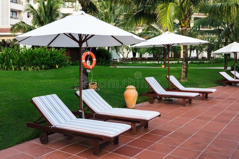 Sun-Betten auf dem Hotel lizenzfreie stockfotografie