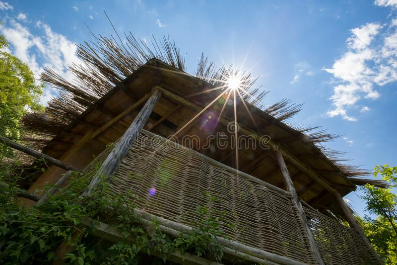 Sun-Beugung durch gestricktes hölzernes Dach lizenzfreie stockfotos