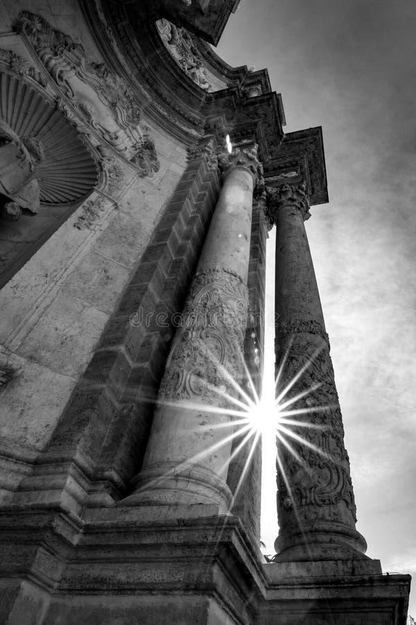 Sun-Beugung zwischen schönen geschnitzten Spalten stockbild