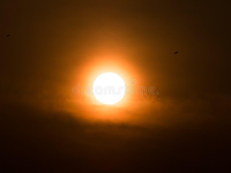Sun blanco con halo amarillo foto de archivo libre de regalías