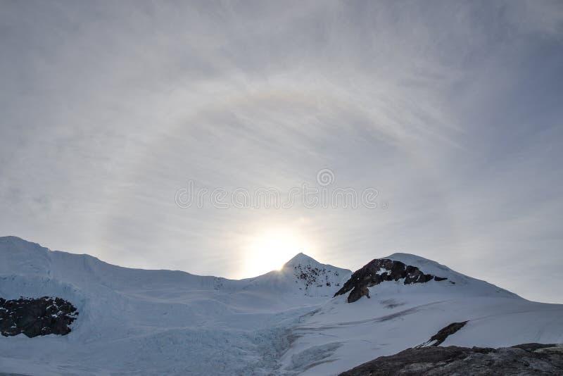 Sun-Bogen auf einem die Antarktis-Berg lizenzfreie stockfotografie
