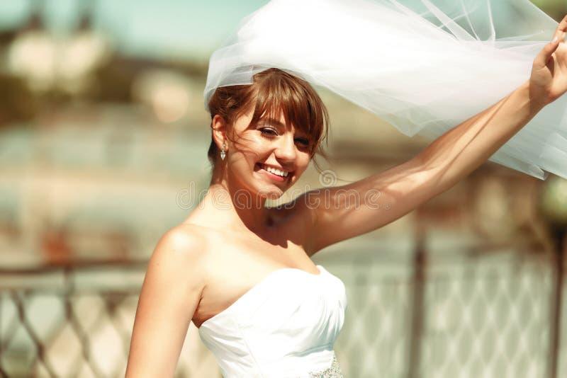 Sun brilla sobre una novia hermosa que presenta en el tejado imagen de archivo libre de regalías