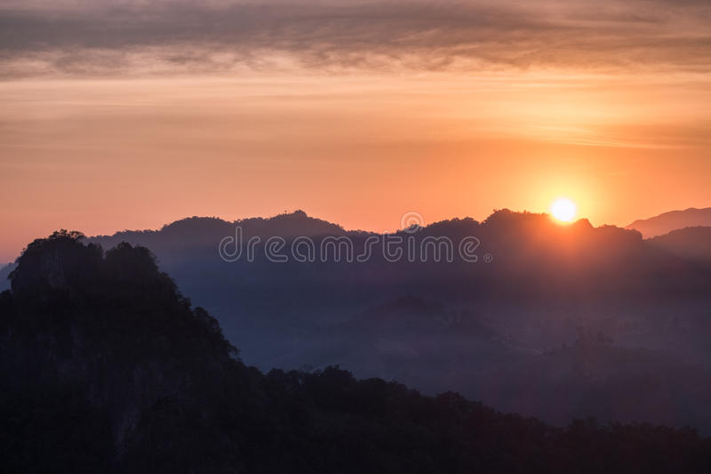 Sun brillant au-dessus de la montagne images stock