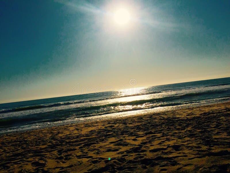 Sun brillant au-dessus de la plage image libre de droits