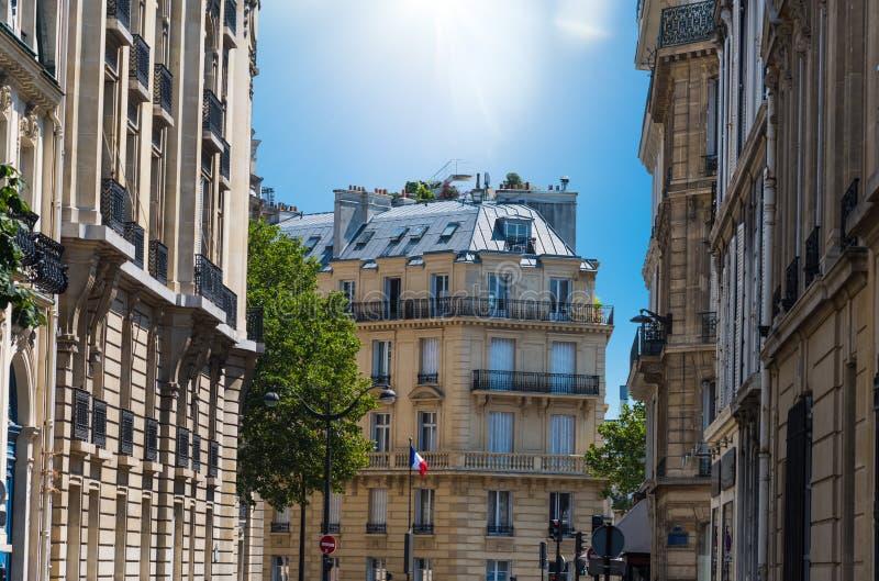 Sun brillant au-dessus des bâtiments élégants à Paris images stock