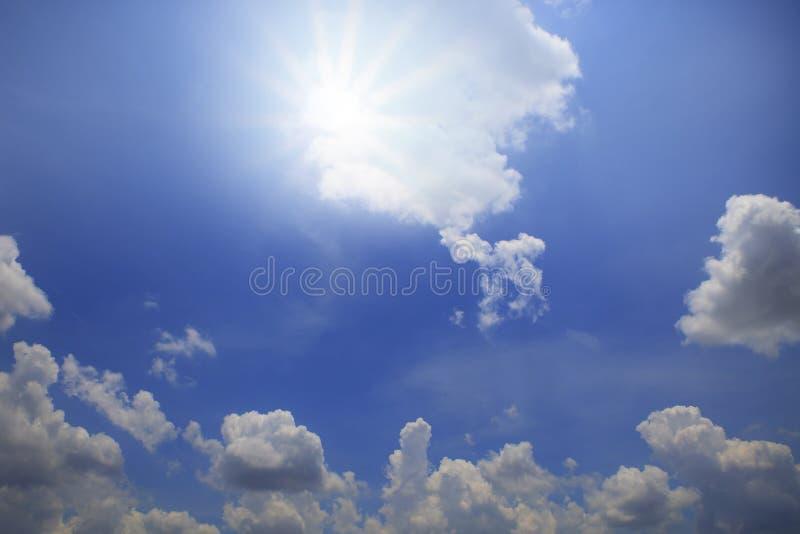 Sun brillant au-dessus du ciel bleu avec la lumière blanche de jour de nuage photos stock