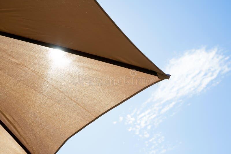 Sun brillant cependant un parasol photos libres de droits