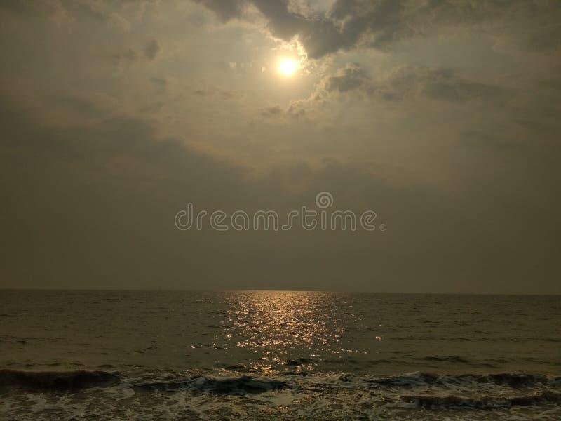 The Sun brillant dans la plage de mer photos libres de droits