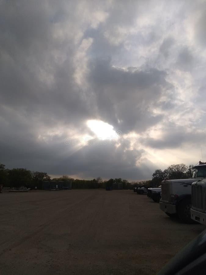Sun brillant par les nuages images stock