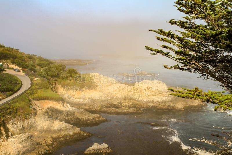Sun brillant sur la route rocheuse de bord de la mer et de bord de la mer photo stock