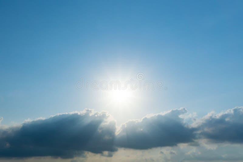 Sun brillant sur le ciel bleu et le nuage photographie stock libre de droits