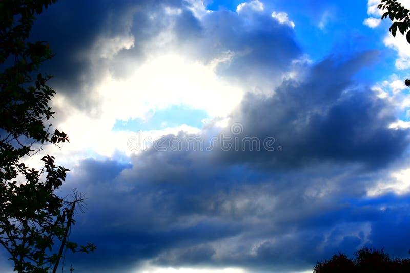 Sun caché en ciel orageux images stock