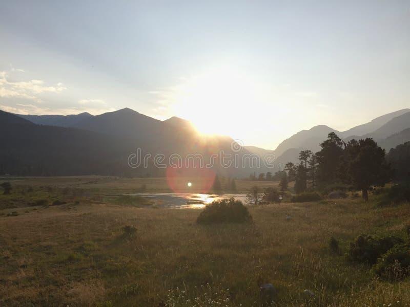 Sun cae en el valle fotografía de archivo libre de regalías