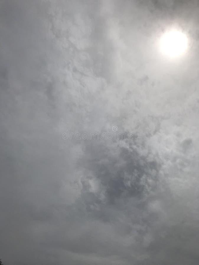 Sun che alza attraverso le nuvole fotografie stock libere da diritti