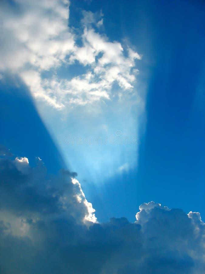 Sun che direzione attraverso le nubi gradice un proiettore immagini stock libere da diritti