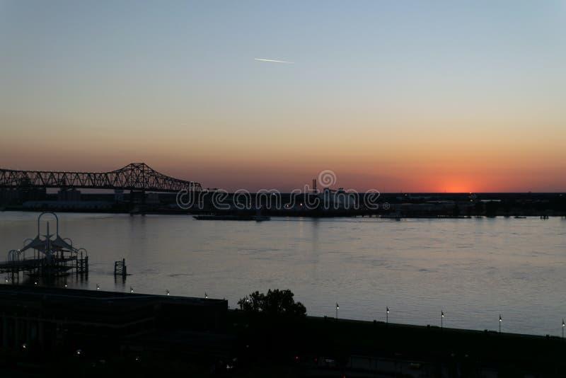 Sun che immerge sotto l'orizzonte lungo il fiume Mississippi in Baton Rouge fotografia stock