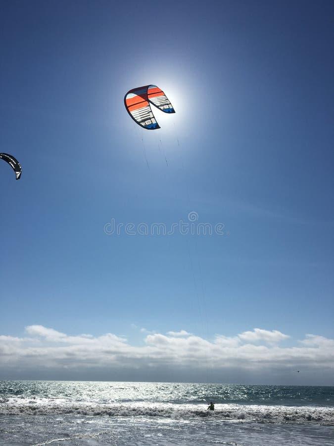The Sun che irradia con Surfer& x27; aquilone di s fotografia stock