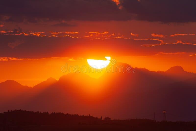 Sun che mette dietro le alpi di Apuan fotografie stock libere da diritti