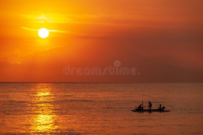 Sun che mette sopra i pescatori indonesiani - guardando dal towa di Lombok fotografia stock libera da diritti