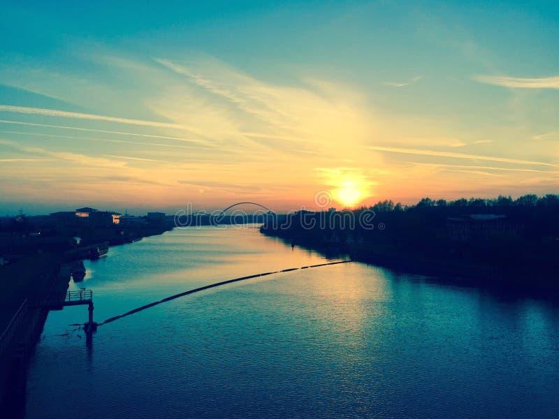 Sun che mette sopra i T del fiume immagini stock libere da diritti
