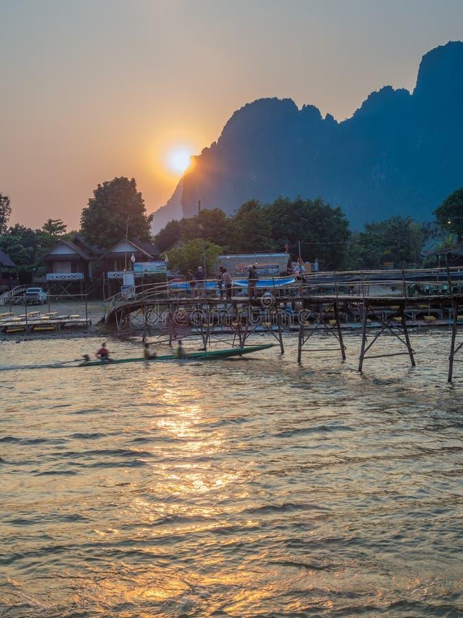 Sun che mette su Nam Song River, Laos fotografia stock