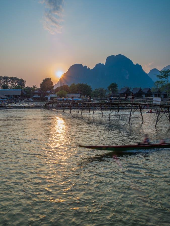 Sun che mette su Nam Song River, Laos fotografie stock