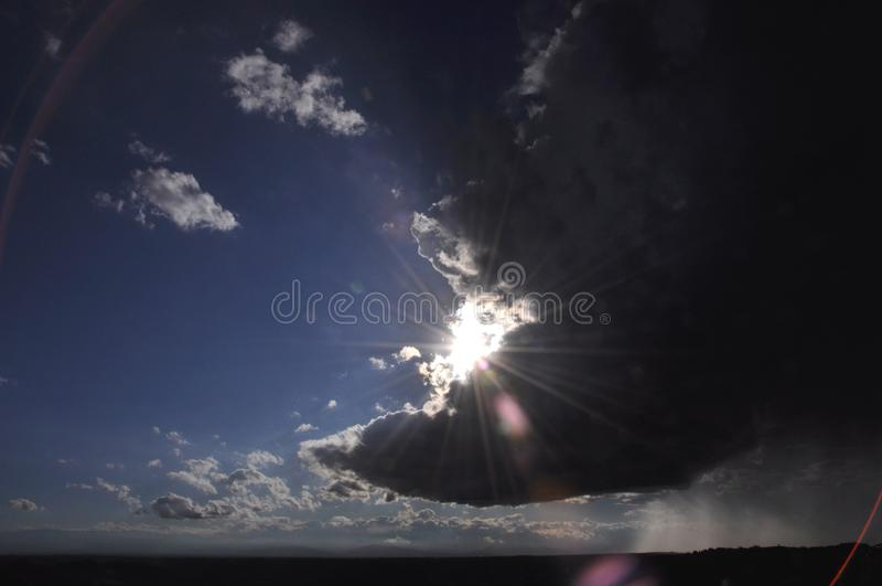 Sun che splende attraverso le nuvole di tempesta fotografia stock