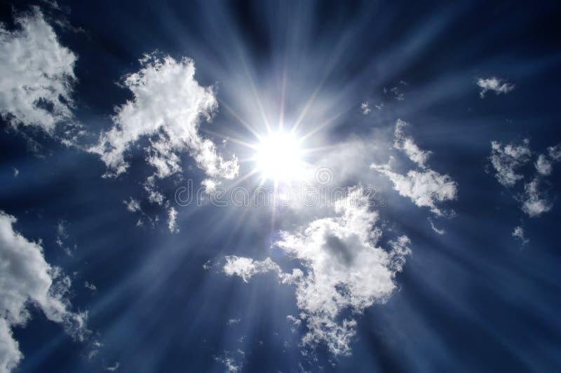 Sun che splende in cielo blu fotografia stock