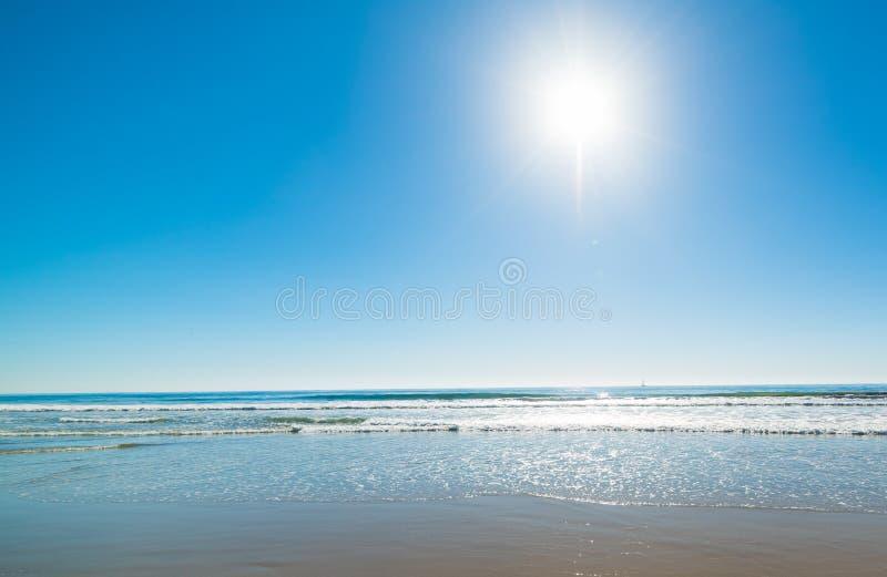 Sun che splende sopra l'oceano Pacifico fotografie stock libere da diritti