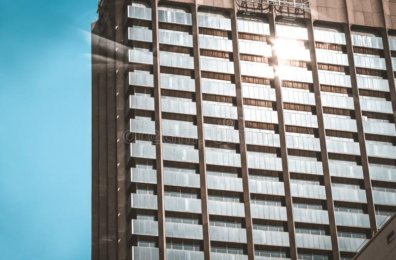 Sun che splende sulla costruzione di appartamento fotografie stock